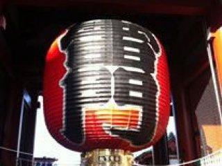 โคมไฟที่หน้าวัดอะซาคุซะ