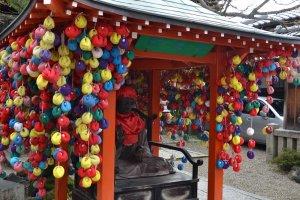 ตุ๊กตาโมบายคุคุริซารุสีสันสดใสภายในวัด