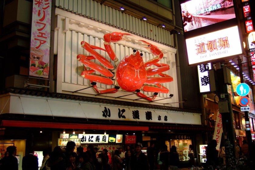 ป้ายร้านและปูสีแดงสดยักษ์ จุดเด่นที่มองเห็นได้ตั้งแต่ไกลของร้านแห่งนี้