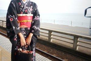นั่งรถไฟ Enoden มาเที่ยวชมชายหาดยูอิงาฮามะ (Yuigahama Beach)