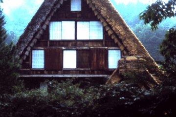 Крутые соломенные крыши, построенные в виде рук, сложенных в молитве, или гассё-дзукури.