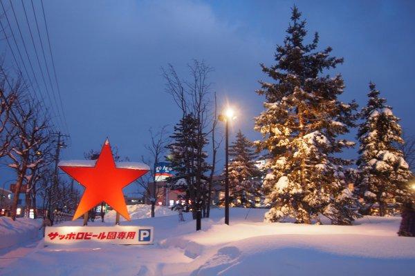 ทางเข้าพิพิธภัณฑ์เบียร์ซัปโปโร จะมีสัญลักษณ์รูปดาวสีแดงตั้งอยู่ ซึ่งมันคือโลโก้ของเบียร์ยี่ห้อซัปโปโรนั่นเอง