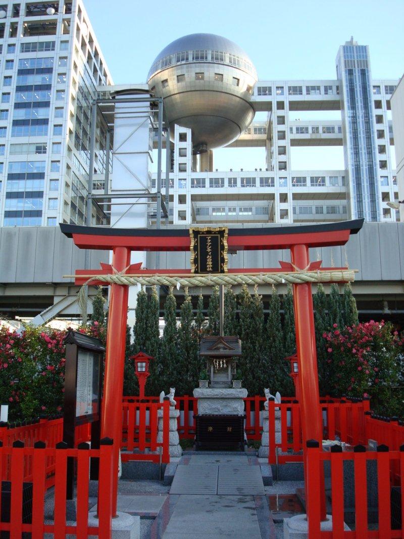 <p>Aqua City Shrine with Fuji TV building in the background</p>