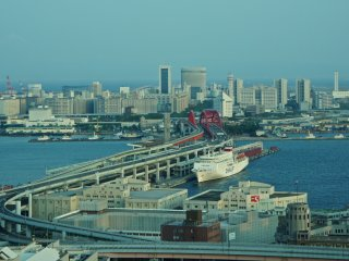 Kobe Ohashi as seen from the Kobe Municipal Building. The traffic action is quite beautiful to watch.
