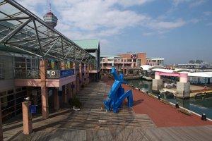 ศูนย์การค้าริมอ่าวฮากาตะ (Bayside Place Hakata) ช้อปปิ้งคอมเพล็กซ์ประกอบด้วย ตลาดจำหน่ายอาหารทะเลและพืชผัก ร้านจำหน่ายของที่ระลึก อะควาเรียม ภัตตาคาร ในรูปแบบสวนสนุก เห็นหอคอยอยู่ด้านหลัง