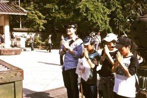 ร่วมไหว้เคารพพระองค์ใหญ่ไดบุซซึกับนักเรียนชาวญี่ปุ่นที่มาทัศนศึกษา >.<