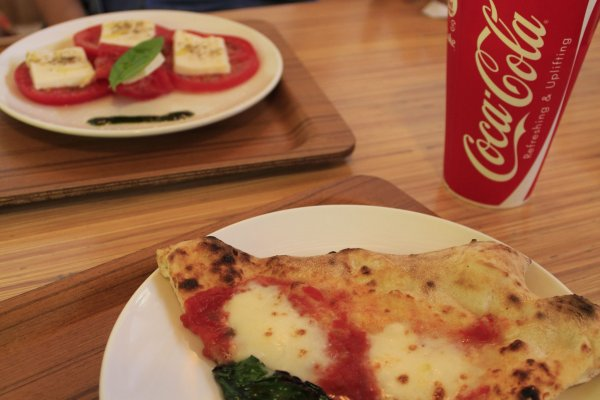 พิซซ่าหน้า Margherita ชีส Mozzarella กับมะเขือเทศพร้อมCocacola รวมกันเป็นมื้อกลางวันแสนเพอร์เฟ็ค