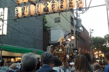 <p>ขบวนแห่ Mikoshi กำลังแห่ไปรอบๆ อาซากุสะ</p>