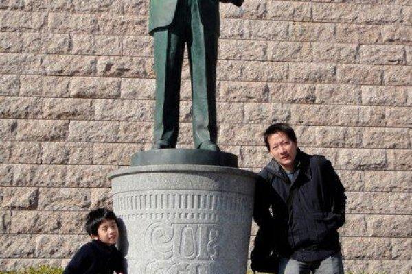 ด้านหน้าของพิพิธภัณฑ์โมโมฟุกุ อันโด มีคุณอันโดยืนยิ้มต้อนรับพวกเราอยู่ ^^