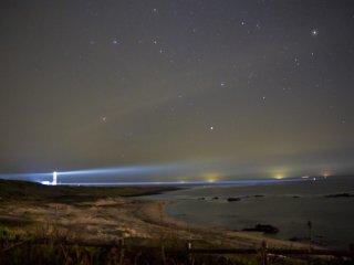 야간에 오하마 해변에서 볼 수 있는 츠노시마 등대