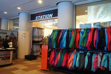 <p>ร้านที่ให้เช่าอุปกรณ์สกี สโนว์บอร์ด และชุดสำหรับเล่นสกี</p>