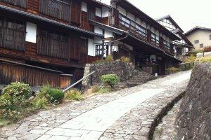 พื้นยังเป็นหิน บ้านเรือนยังเป็นไม้เดิมๆตลอดหลายร้อยปีที่ผ่านมา