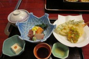 ในเซ็ตจะมีเต้าหู้ขาวส่วนหนึ่งของอาหารในสูตรเกียวโต