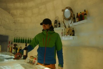 <p>ภายใน Snow Cafe มีบริการเครื่องดื่มทั้งมีเครื่องดื่มแอลกอฮอล์และกาแฟ นม</p>