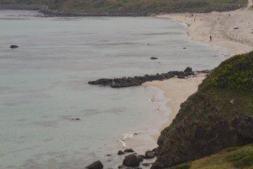 <p>มองดูชายหาดจากหน้าผาหินไปทางทิศตะวันตก</p>