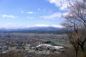 Sudut yang lebih luas dari Pegunungan Ou dan kota Ogawara