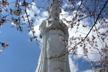 <p>The Kannon atop the small hill Funaoka&nbsp;Park.</p>
