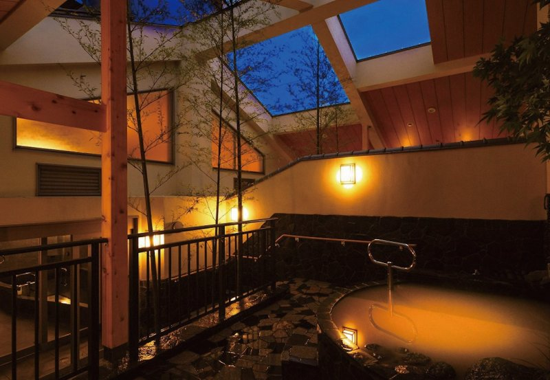 Enjoy the luxury of two kinds of natural springs in the open-air baths.